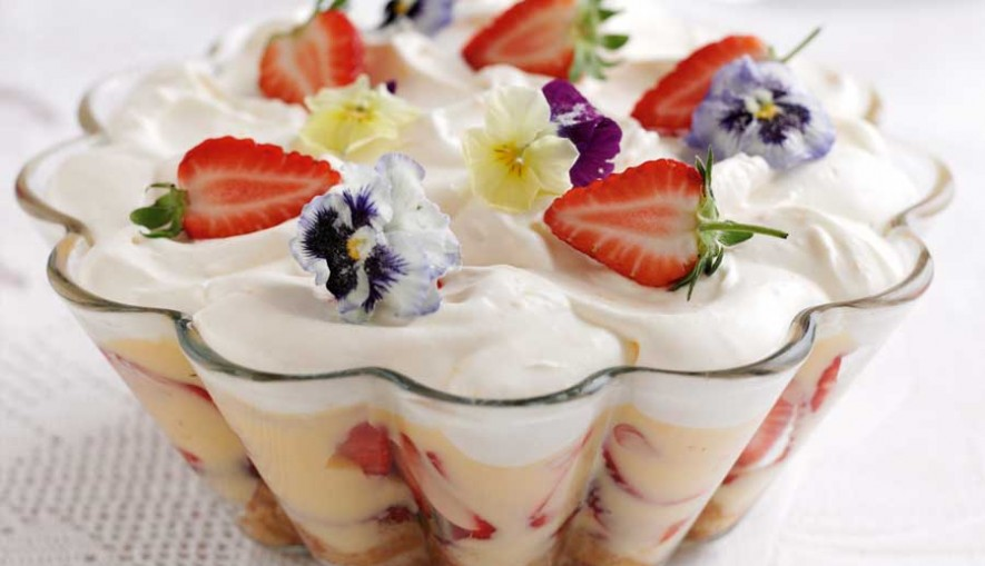Strawberry-trifle-with-Pimms