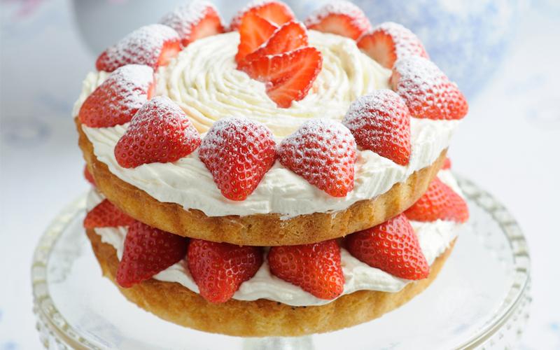 Sweet Eve Strawberry Cream Victoria Sponge Cake « Silversurfers: silversurfers.com/food/cakes-recipes/sweet-eve-strawberry-cream...