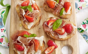 berryworld-strawberry,-parma-ham-and-parmesan-crostini